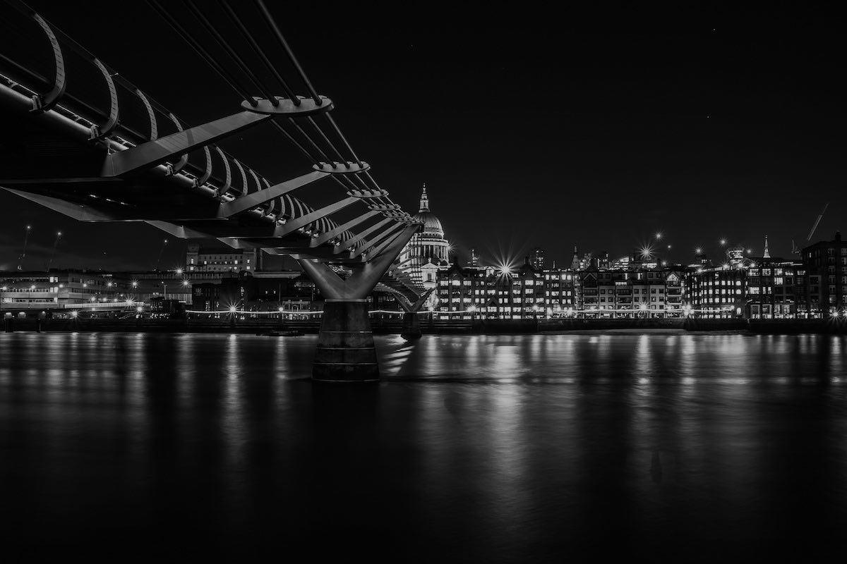 bridge-it-investment-capital-london-millenium-bridge-dark